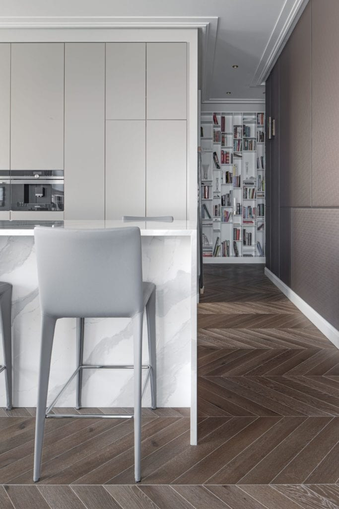 Nowoczesny i komfortowy apartament projektu Pauliny Taff - drewniana podłoga w kuchni