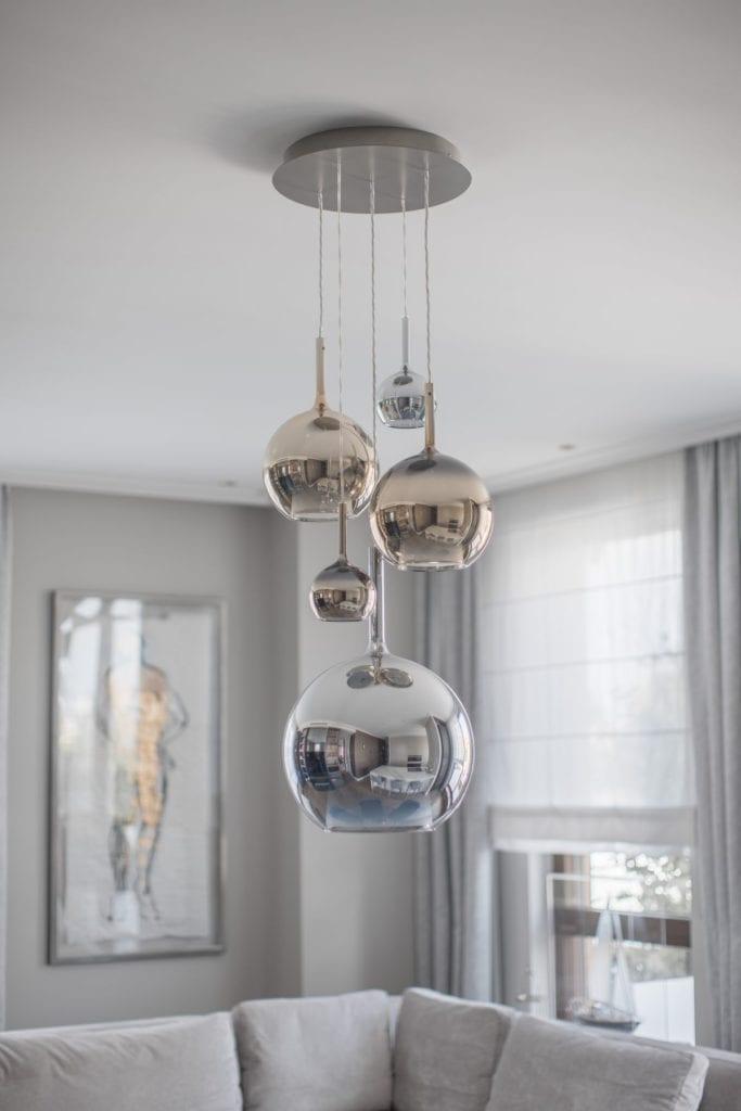 Nowoczesny i komfortowy apartament projektu Pauliny Taff - lampy w salonie