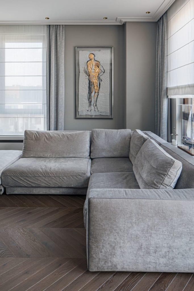 Nowoczesny i komfortowy apartament projektu Pauliny Taff - szary narożnik w salonie