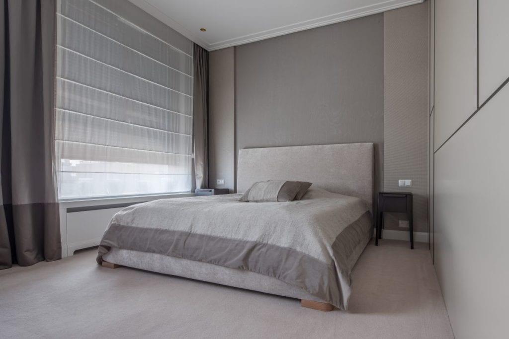 Nowoczesny i komfortowy apartament projektu Pauliny Taff - duże łóżko w sypialni