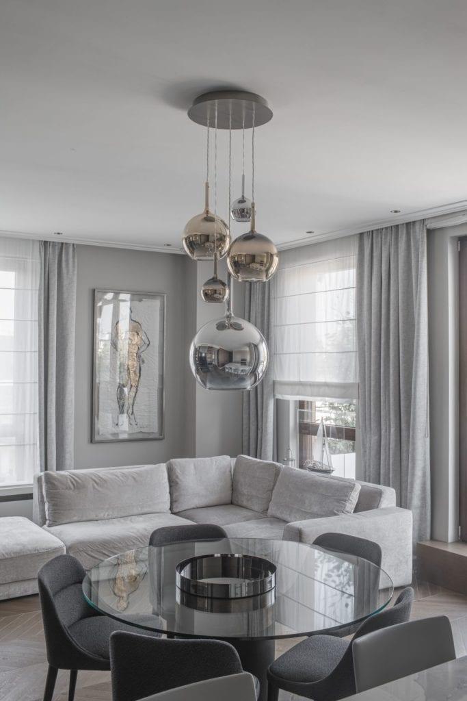 Nowoczesny i komfortowy apartament projektu Pauliny Taff - lampy w jasnym salonie