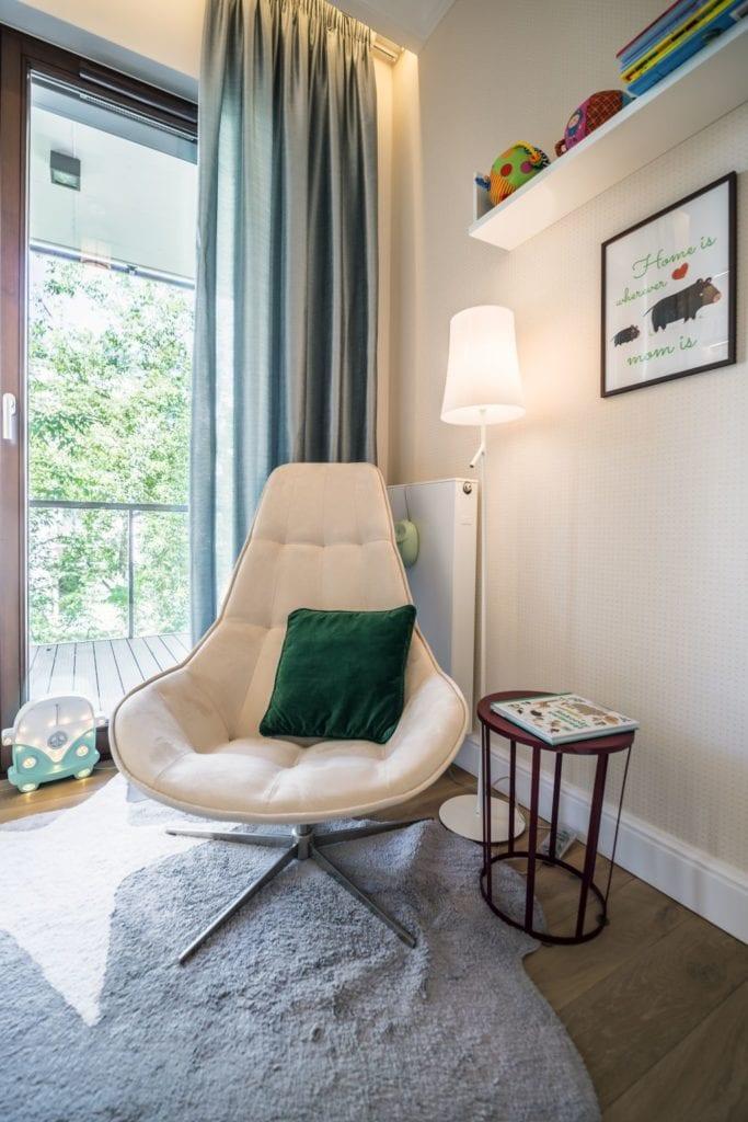 Pracownia Viva Design i luksusowy apartament w Warszawie - fotel w pokoju