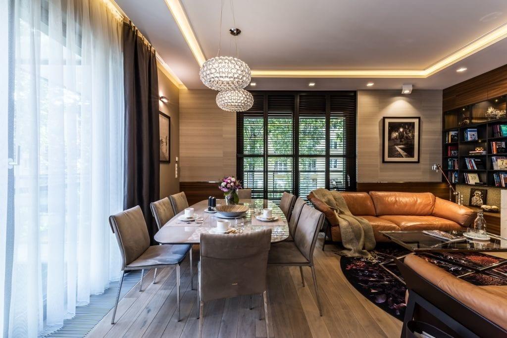 Pracownia Viva Design i luksusowy apartament w Warszawie - stół z krzesłami w salonie