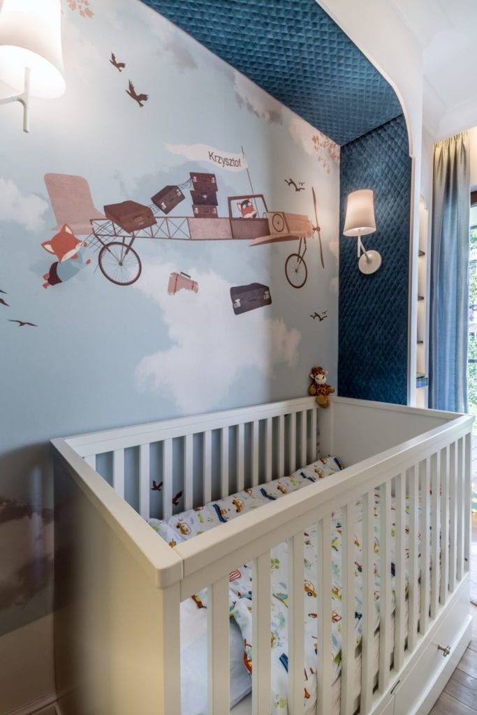 Pracownia Viva Design i luksusowy apartament w Warszawie - łóżeczko w pokoju dziecięcym