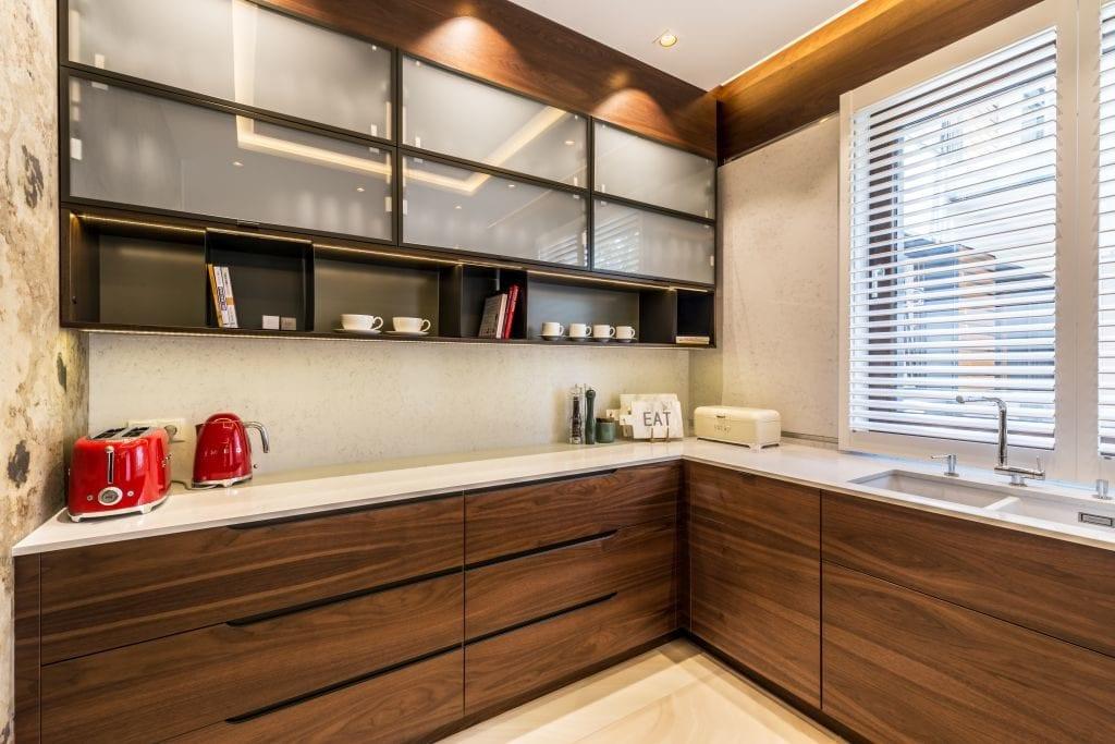 Pracownia Viva Design i luksusowy apartament w Warszawie - meble kuchenne z ciemnymi frontami