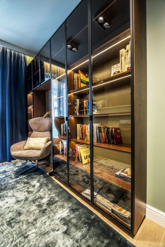 Pracownia Viva Design i luksusowy apartament w Warszawie - regał w pokoju