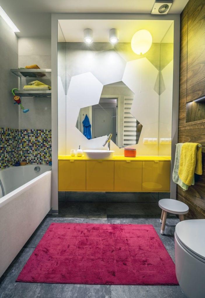 Pracownia Viva Design i luksusowy apartament w Warszawie - żółte meble w łazience