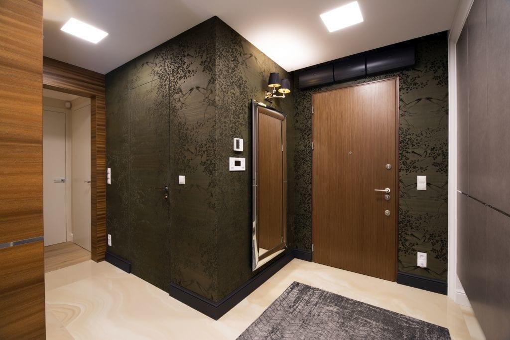 Pracownia Viva Design i luksusowy apartament w Warszawie - przedpokój w ciemnych kolorach