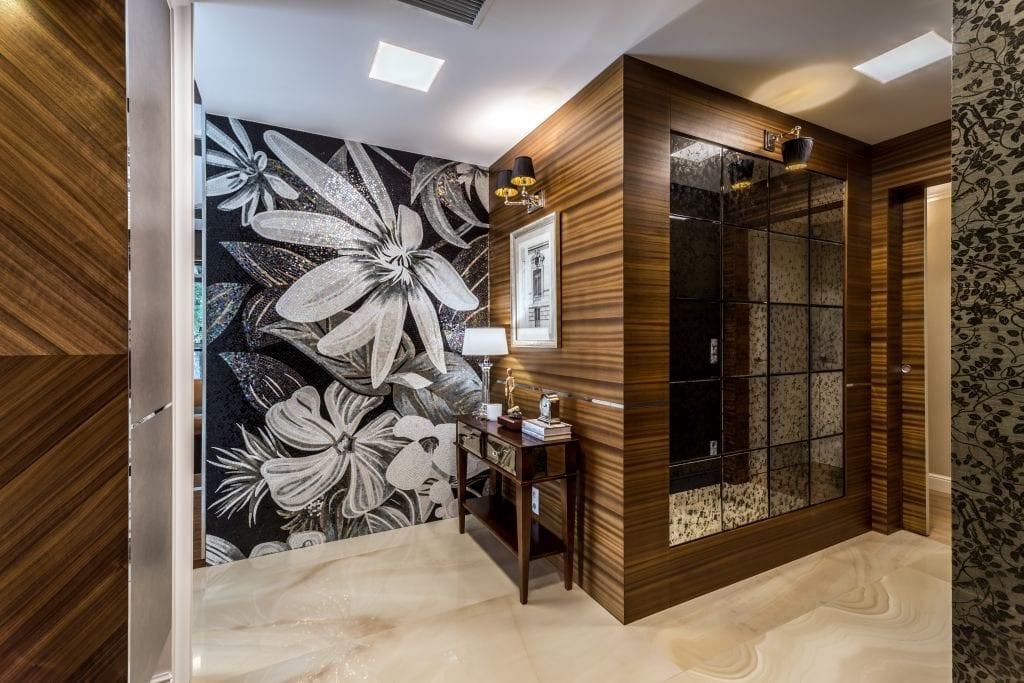 Pracownia Viva Design i luksusowy apartament w Warszawie - tapeta z motywem kwiatowy