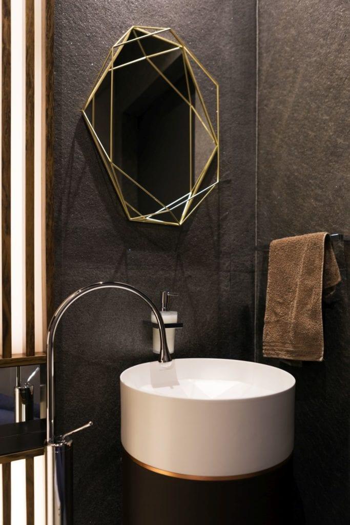 Pracownia Viva Design i luksusowy apartament w Warszawie - łazienka w ciemnych kolorach