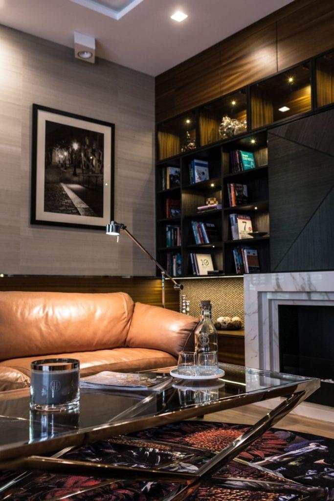 Pracownia Viva Design i luksusowy apartament w Warszawie - ciemne kolory w salonie