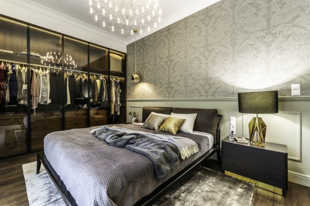 Pracownia Viva Design i luksusowy apartament w Warszawie - sypialnia z dużym łóżkiem