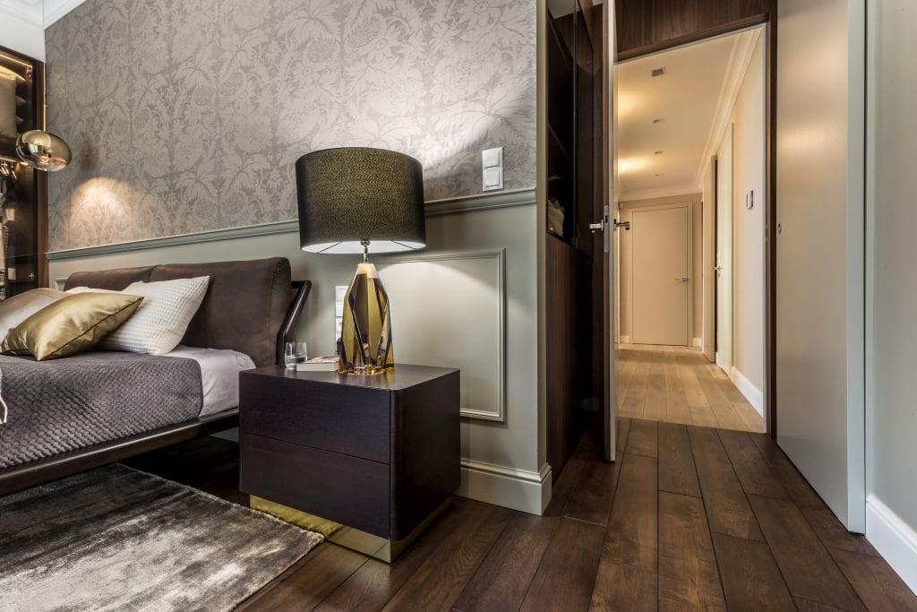 Pracownia Viva Design i luksusowy apartament w Warszawie - lampka stojąca na szafce przy łóżku w sypialni