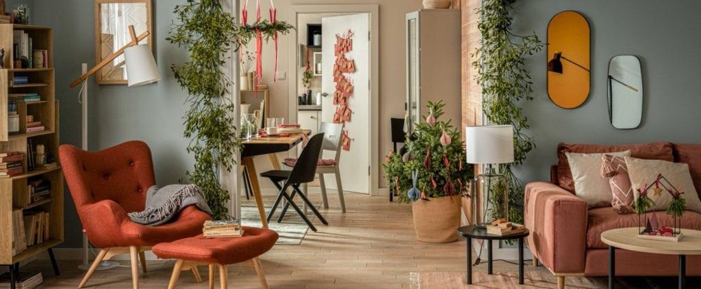 Świętuj po swojemu - dekoracyjne dodatki do mieszkania - salon udekorowany świątecznymi dekoracjami