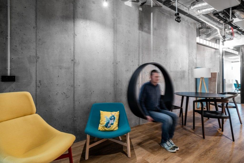 Warszawskie biuro UPC projektu The Design Group - wisząca huśtawka w biurze