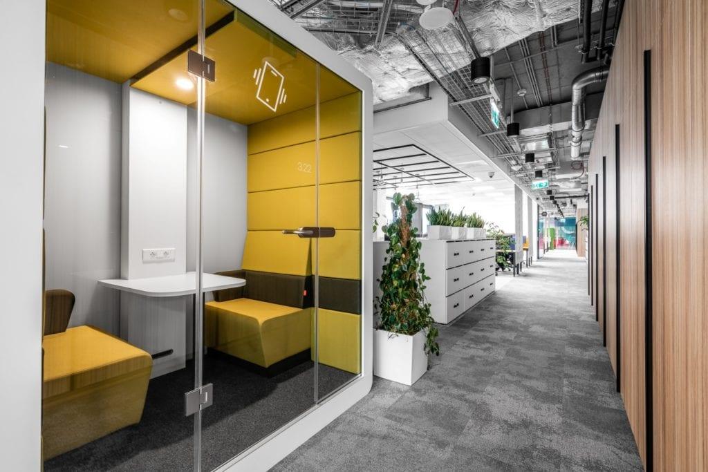 Warszawskie biuro UPC projektu The Design Group - różowa budka do rozmów