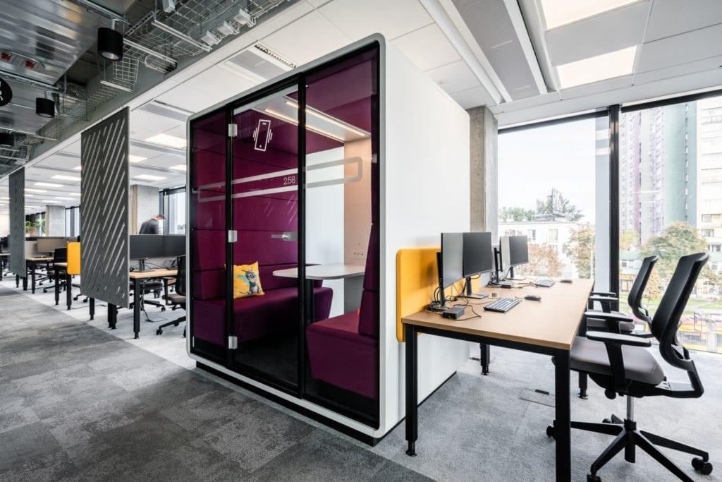 Warszawskie biuro UPC projektu The Design Group - purpurowa budka do rozmów
