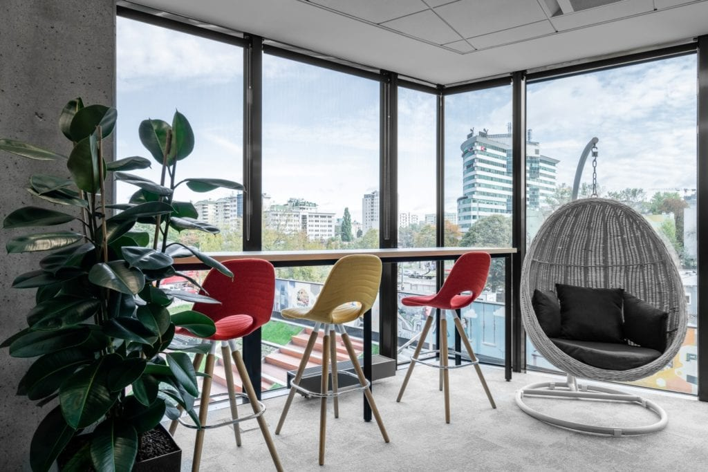 Warszawskie biuro UPC projektu The Design Group - stół z krzesłami w pokoju z widokiem na Warszawę