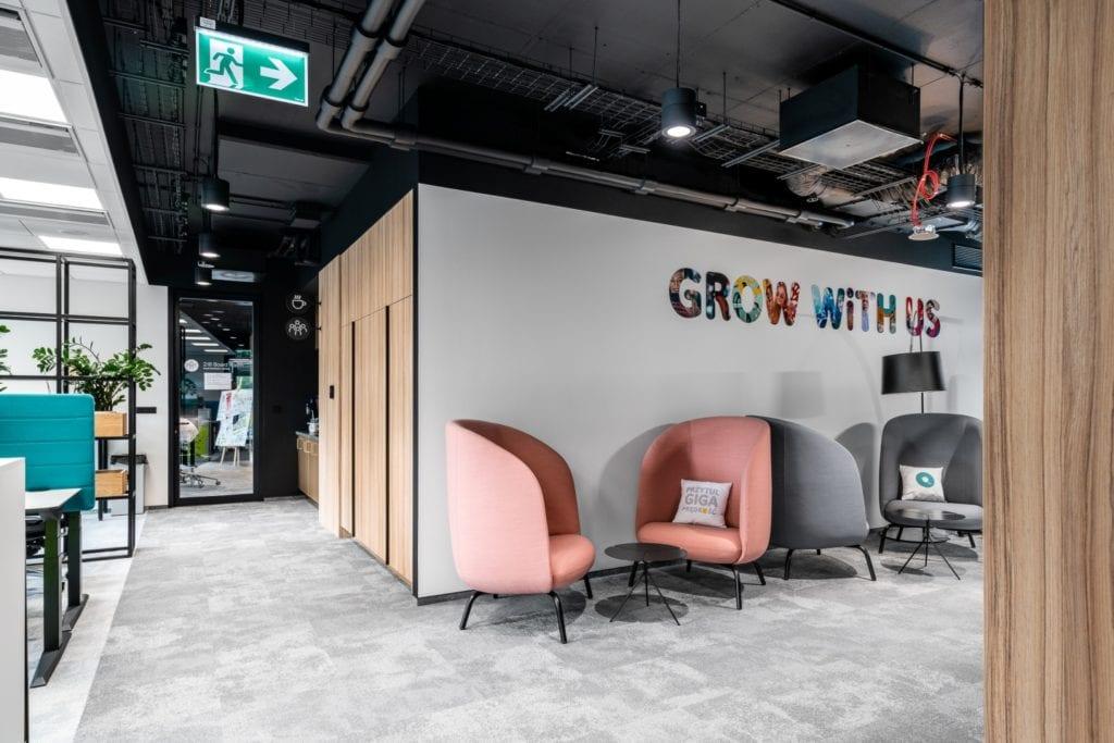 Warszawskie biuro UPC projektu The Design Group - fotele do odpoczynku