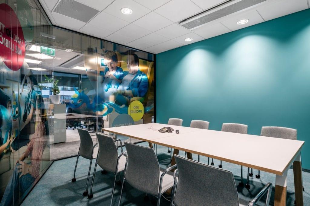 Warszawskie biuro UPC projektu The Design Group - sala konferencyjna z seledynową ścianą