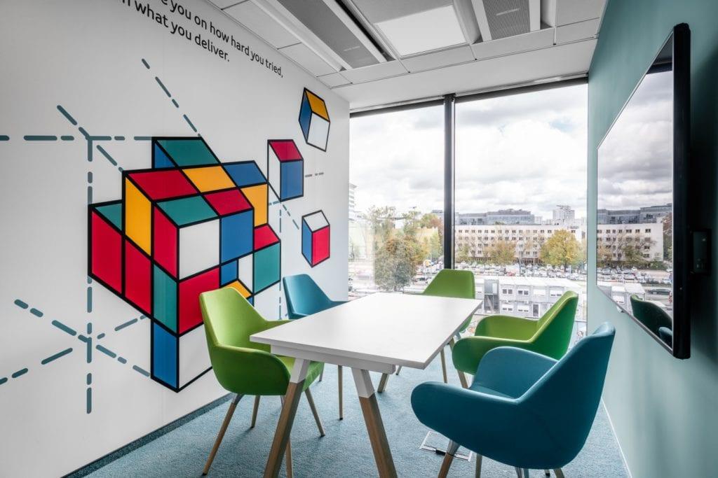 Warszawskie biuro UPC projektu The Design Group - sala konferencyjna z grafiką na ścianie