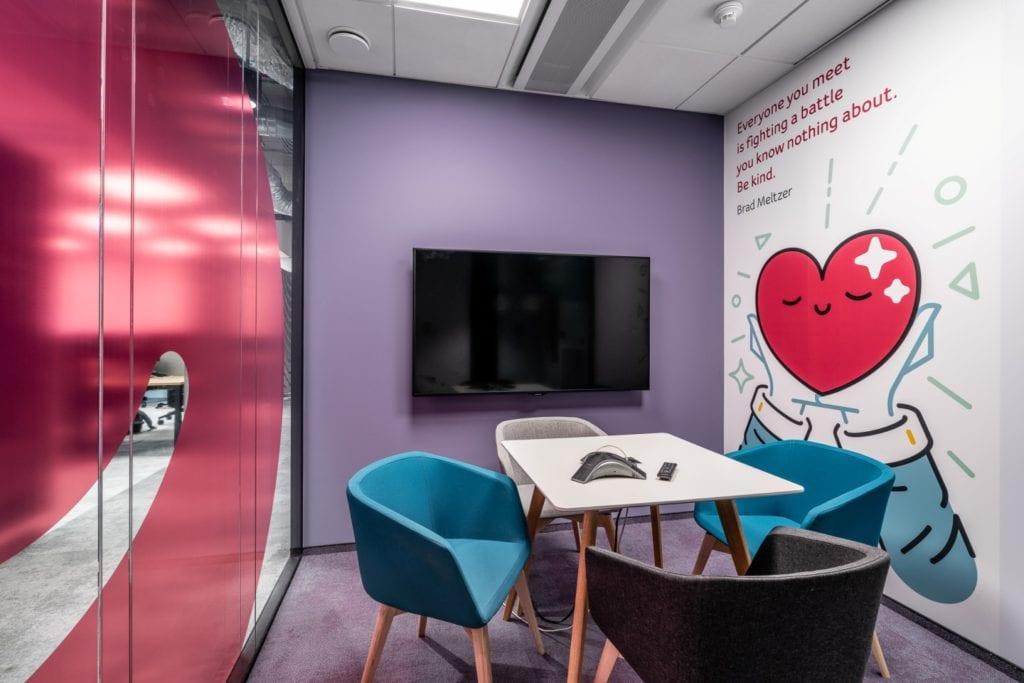 Warszawskie biuro UPC projektu The Design Group - fioletowa sala konferencyjna