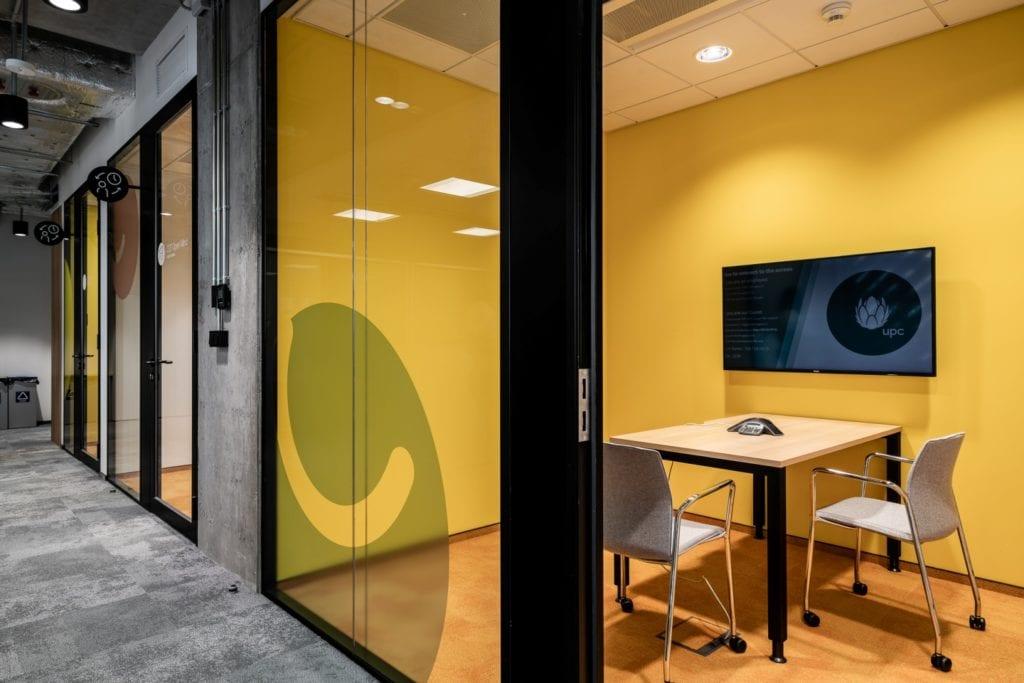 Warszawskie biuro UPC projektu The Design Group - żółta sala konferencyjna