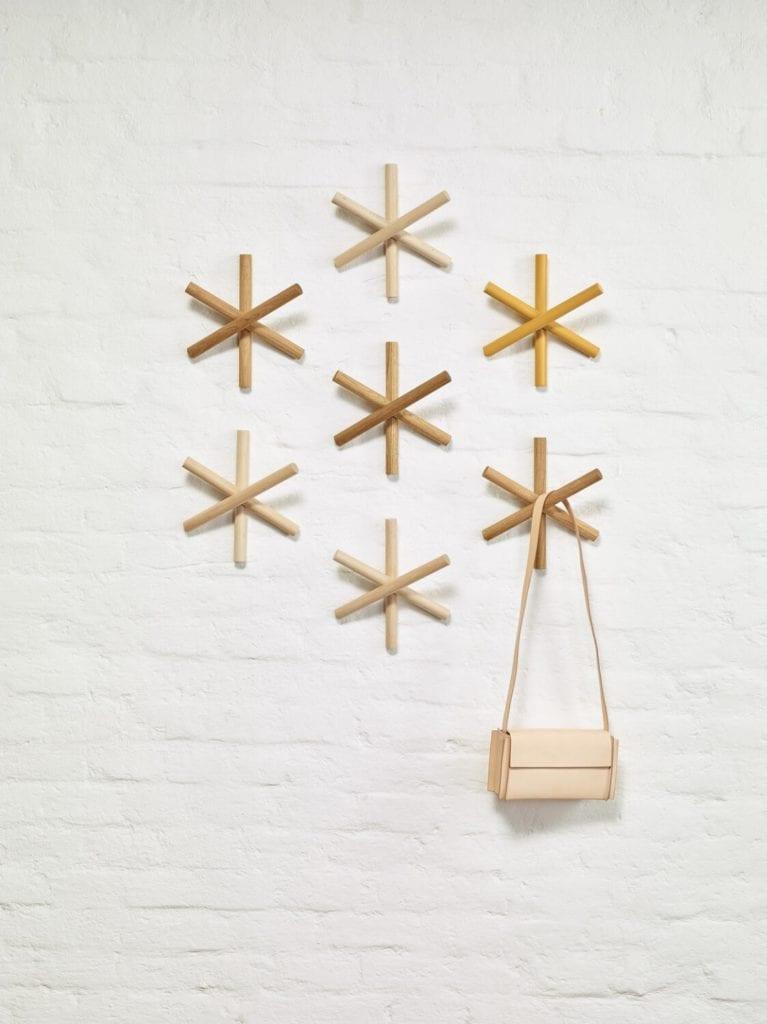 Wieszak Logs od marki TON - hołd dla minimalizmu i ochrony środowiska - Büro Famos - Hanna Litwin, Romin Heide