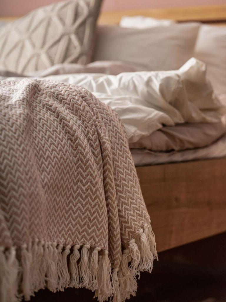 Aranżujemy sypialnię - porady, inspiracje, wskazówki - VOX pledy i poduszki