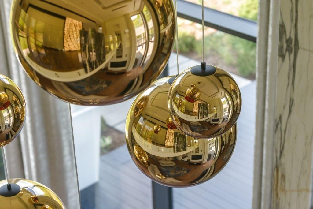 Złote lampy w salonie domu zaprojektowanym przez Arte Dizain