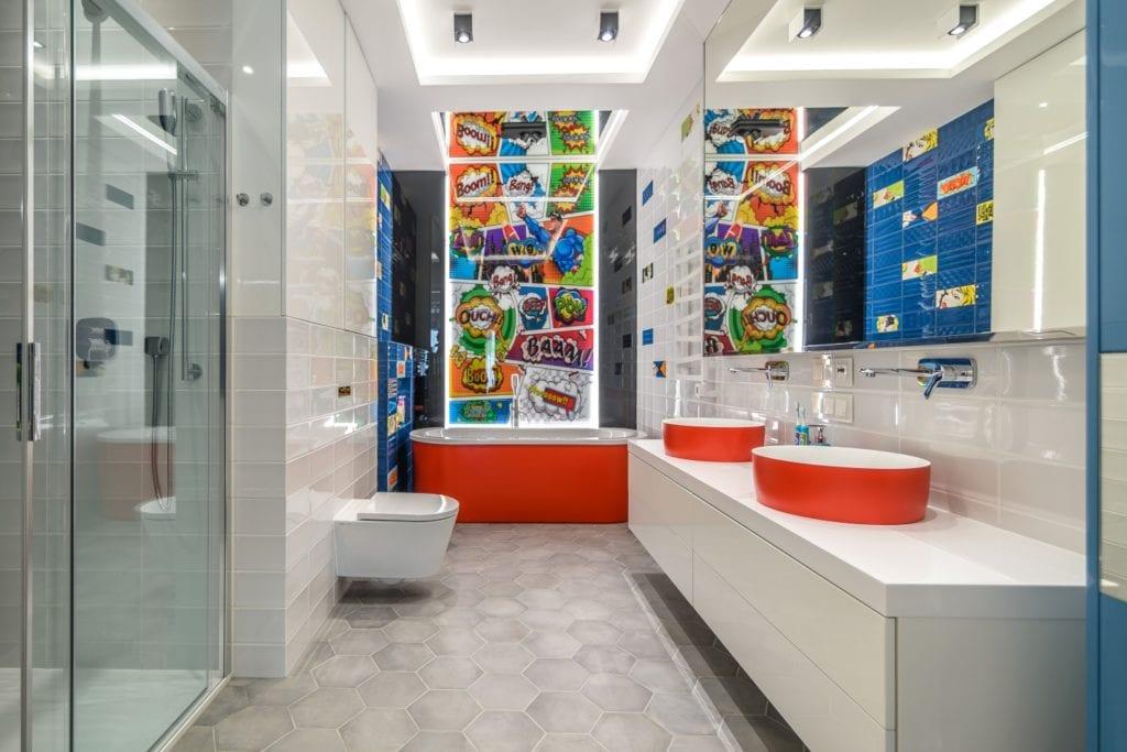 Płytki z motywem komiksowym w jasnej łazience