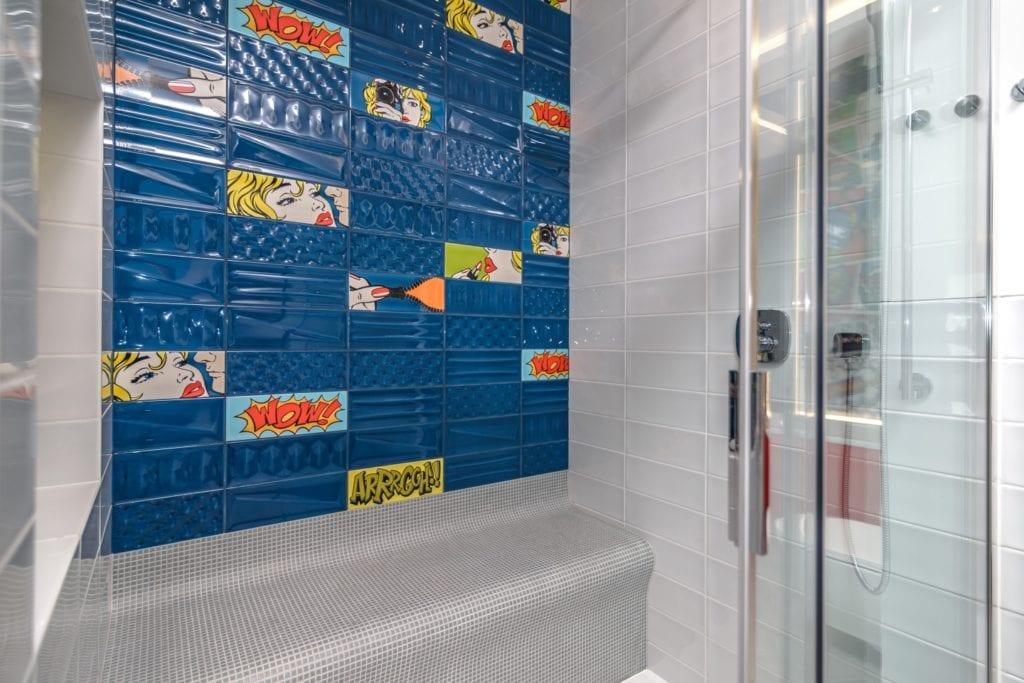 Jasna łazienka i płytki ceramiczne z motywem komiksowym