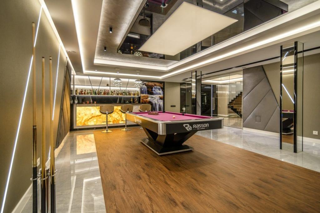 Stół bilardowy i część barowa w domu projektu Arte Dizain