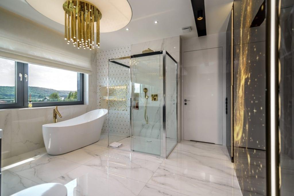 Przestronny, jasny salon kąpielowy z wanną i prysznicem