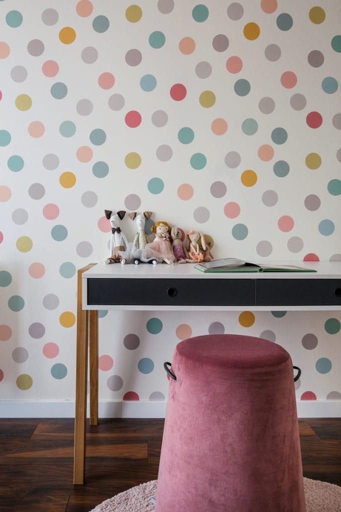 Dom w Suchym Dworze - tapeta w kropki w pokoju dziecięcym