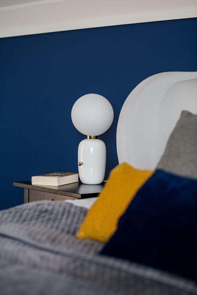 Dom w Suchym Dworze - lampka stojąca przy łóżku