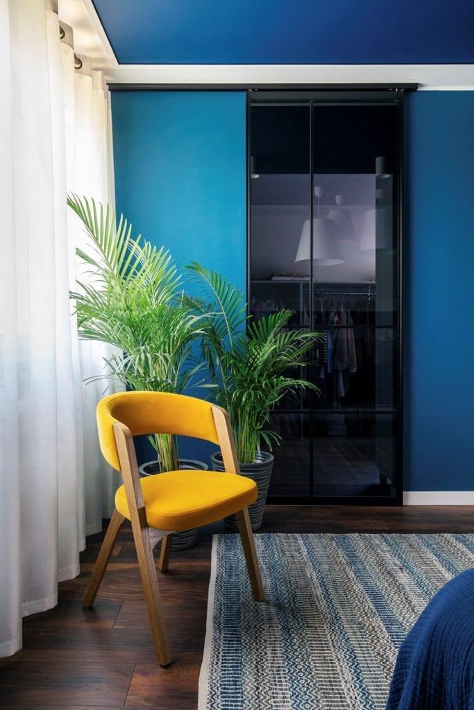 Dom w Suchym Dworze - musztardowe krzesło w pokoju