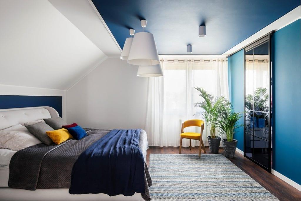 Dom w Suchym Dworze - sypialnia z sufitem w niebieskim kolorze