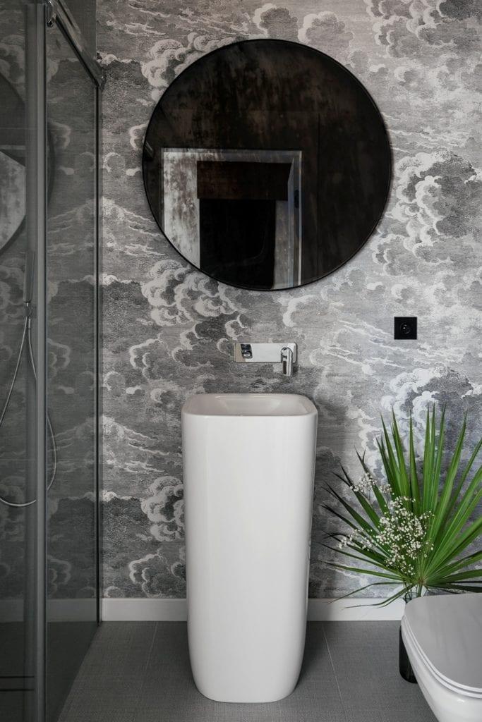 Dom w Suchym Dworze - szare płytki w łazience