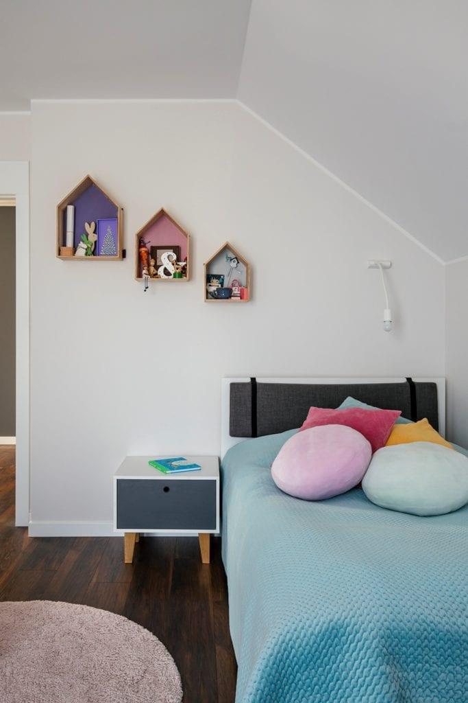 Dom w Suchym Dworze - drewniane półki w kształcie domków wiszące na ścianie