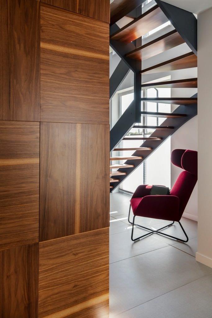 Dom w Suchym Dworze - bordowy fotel w holu
