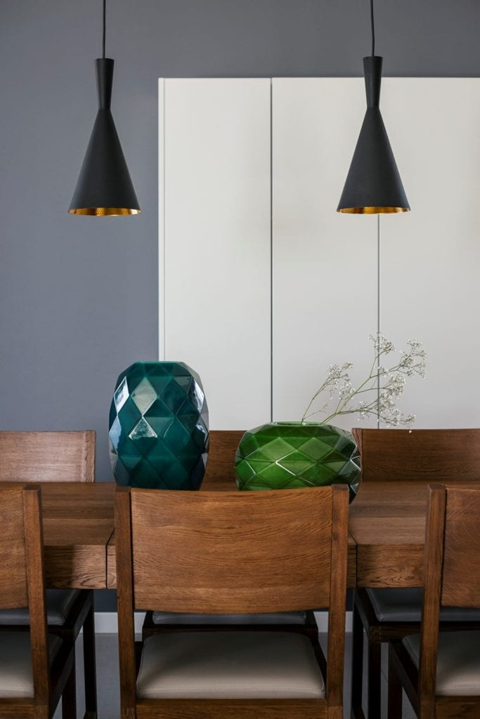 Dom w Suchym Dworze - drewniany stół z kompletem krzeseł
