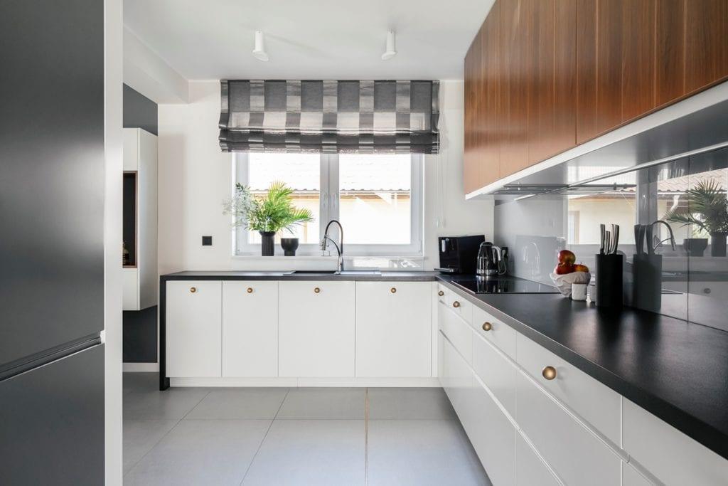 Dom w Suchym Dworze - kuchnia z meblami z jasnymi frontami
