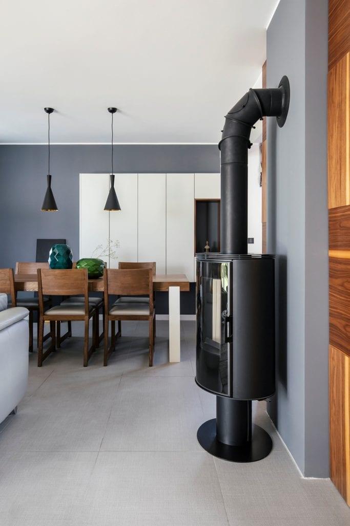 Dom w Suchym Dworze - czarny piecyk typu koza w salonie