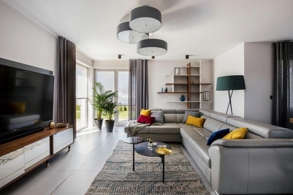 Dom w Suchym Dworze - salon z szarym dywanem