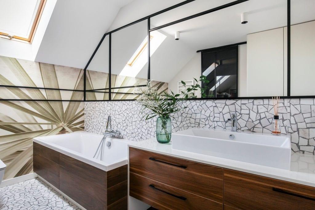Dom w Suchym Dworze - duża wanna w jasnej łazience