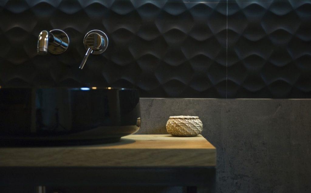 Czarna umywalka w czarnej łazience