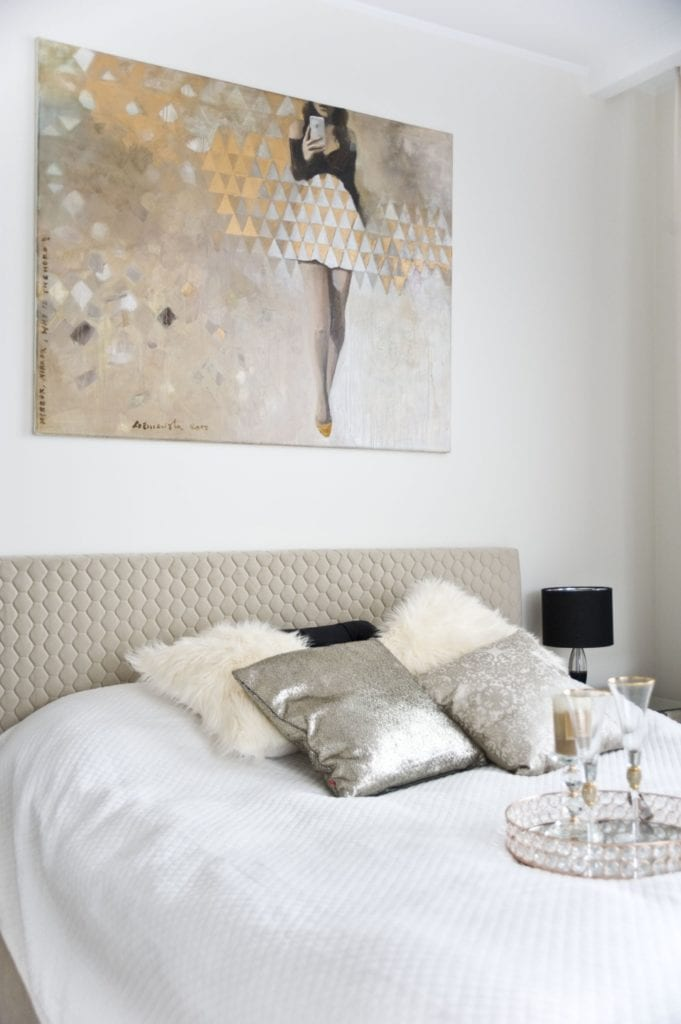 Duże łóżko z materacem w sypialni