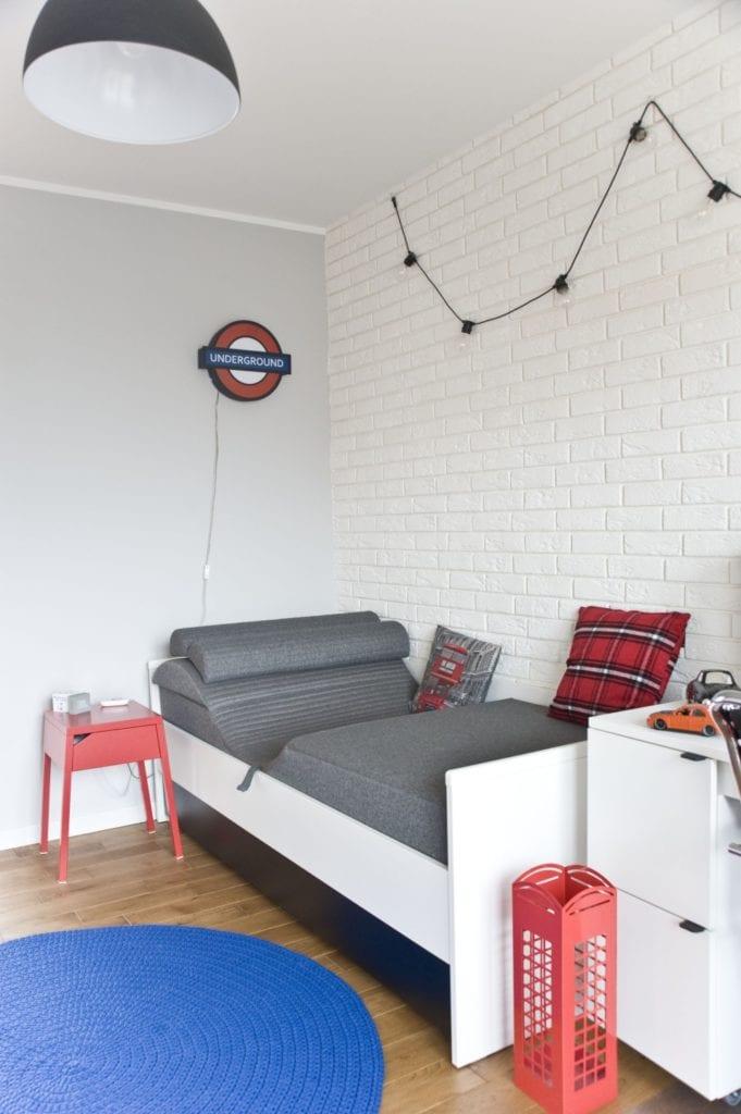 Pokój młodzieżowy z łóżkiem z szarą narzutą