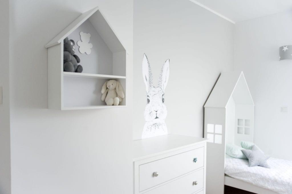 Pokój dziecięcy z naklejką zająca na ścianie
